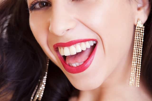 Mulher com dentes brancos em sorriso deslumbrante
